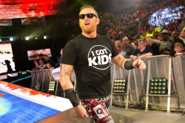 "Heath Slater avec son t-shirt ""i got kids"""